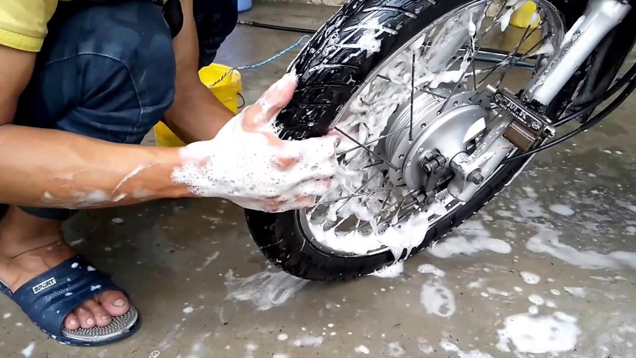 rửa xe máy bằng gì